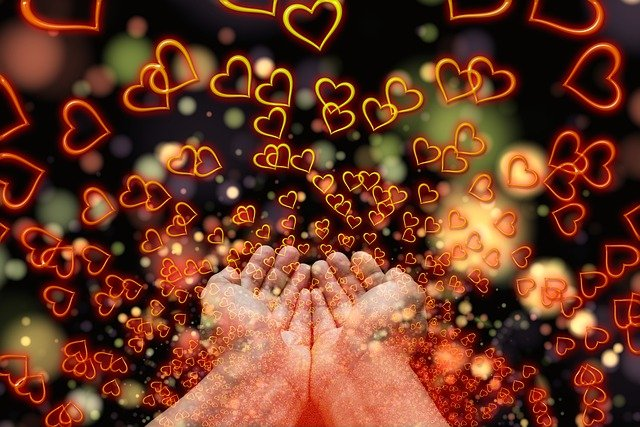 mains envoient des coeurs energie d'amour